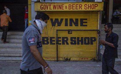 Ya son más de cien los muertos en India por beber alcohol en mal estado