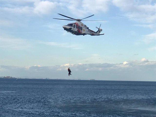 Rescate con un helicóptero Helimer de Salvamento Marítimo