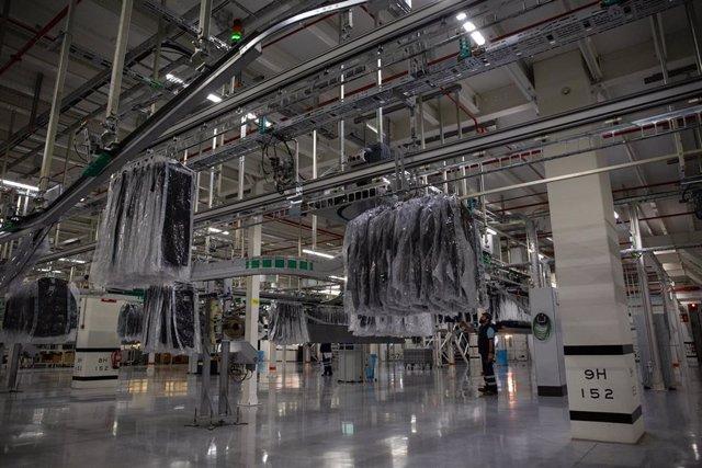 Interior de las instalaciones de Mango en el que se ve ropa de la marca colgada, lista para ser distribuida, en el centro logístico de Lliçà d'Amunt, en Lliçà d'Amunt/Barcelona a 27 de noviembre de 2019.