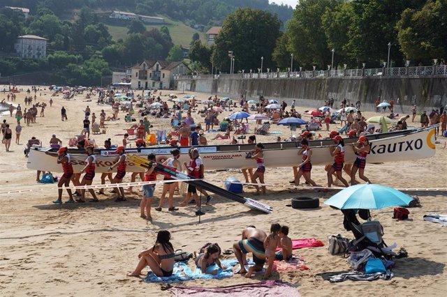 Remeros se preparan antes del inicio del Campeonato de Euskadi de Traineras 2020 celebrado en el puerto de Lekeitio, Vizcaya, País Vasco (España), a 31 de julio de 2020.