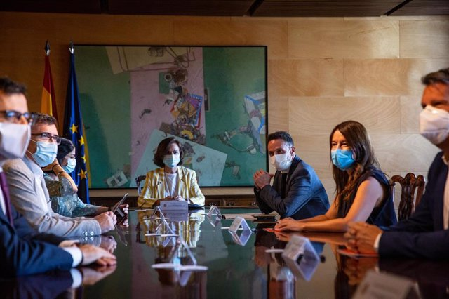 Reunión entre el Gobierno y Ciudadanos,  presidida por la vicepresidenta primera, Carmen Calvo. A su derecha el portavoz adjunto de la formación naranja en el Congreso, Edmundo Bal.