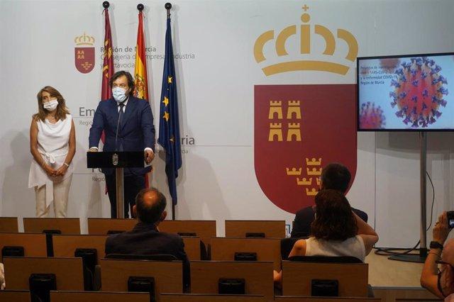 El consejero de Empleo, Investigación y Universidades, Miguel Motas, y la directora general de Investigación e Innovación Científica, Isabel Fortea, durante el anuncio de la concesión de fondos para nueve proyectos de investigación sobre el covid-19