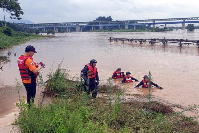 Trabajos de búsqueda de un desaparecido a causa de las lluvias torrenciales e inundaciones en Corea del Sur