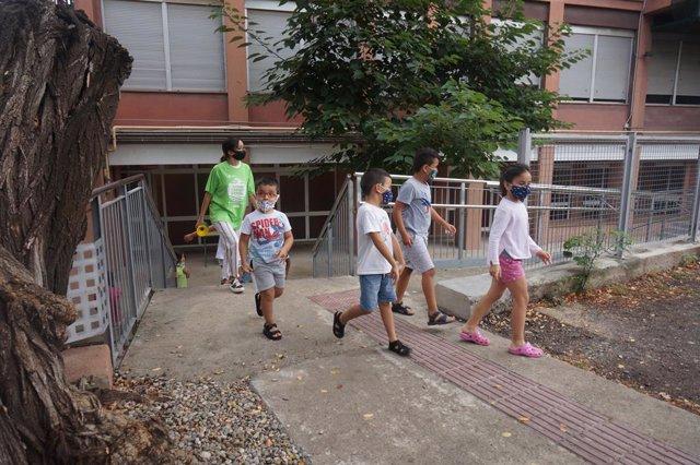 Diversos nens i nenes participen en les activitats d'estiu de la Fundació Pere Tarrés per a col·lectius en situació de vulnerabilitat, aquest dilluns 3 d'agost del 2020 en el Casal de la Zona Franca de Barcelona.