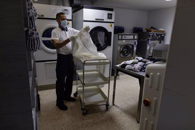 Ernesto Martínez, treballador de la neteja amb una discapacitat sensorial de la Residència de COCEMFE durant l'estat d'alarma pel Covid-19. A Madrid (Espanya) a 21 de maig de 2020.