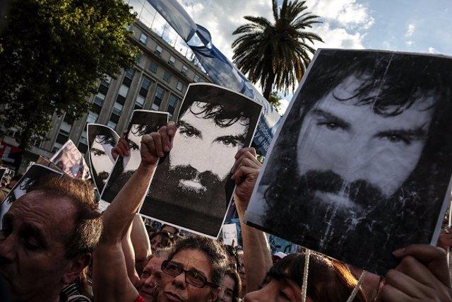 Una multitud sostiene una fotografía de Santiago Maldonado durante una protesta.