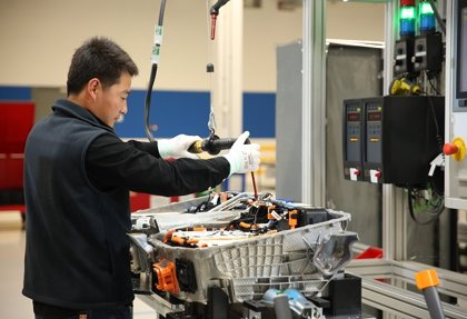La actividad de las fábricas chinas acelera a máximos de 9 años pese a la recesión de Occidente, según PMI