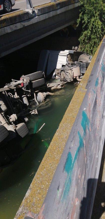 Los bomberos rescatan a un camionero del canal de Balaguer (Lleida)