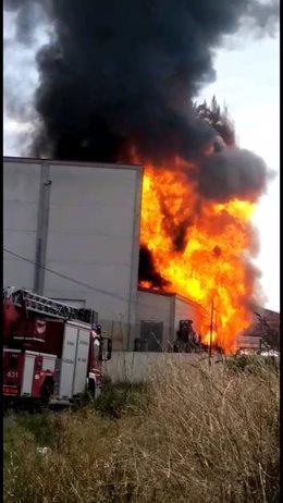Un incendio en una fábrica de Oyón provoca grandes llamas