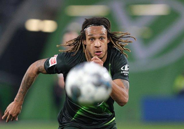 Fútbol.- El defensa del Wolfsburgo Mbabu, positivo por coronavirus, se pierde el