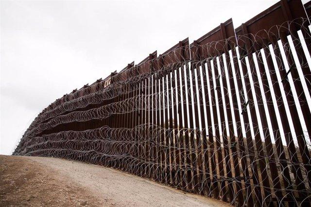 Parte de una valla fronteriza entre Estados Unidos y México.