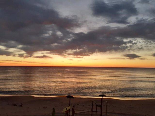 Nubes, amanecer, playa