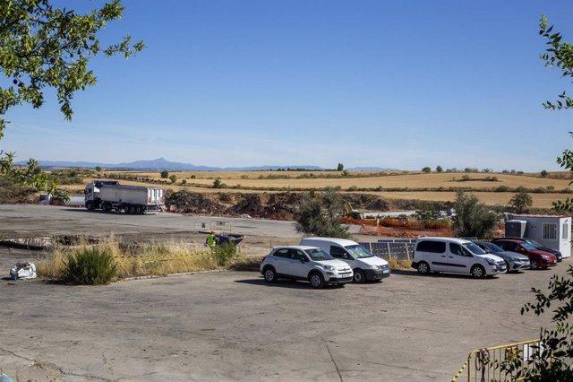 Comienza la retirada de los residuos tóxicos de la planta de reciclaje de Chiloeches cuatro años después del incendio