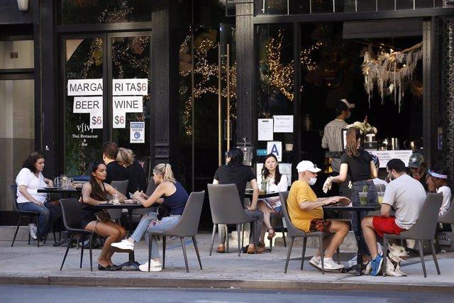 Un grupo de personas en un bar de Nueva York.