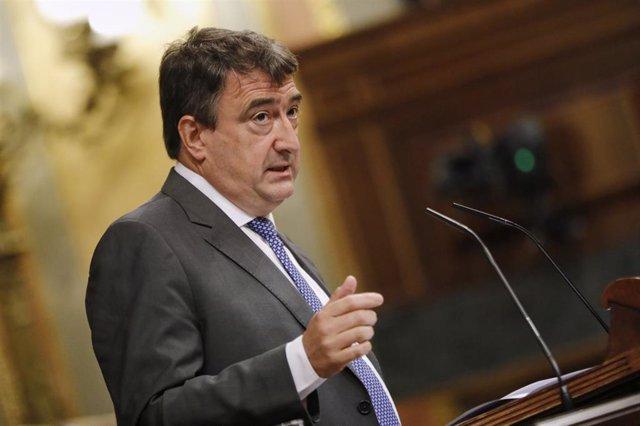 El portavoz del PNV en el Congreso de los Diputados, Aitor Esteban, interviene durante una sesión plenaria en el Congreso de los Diputados.