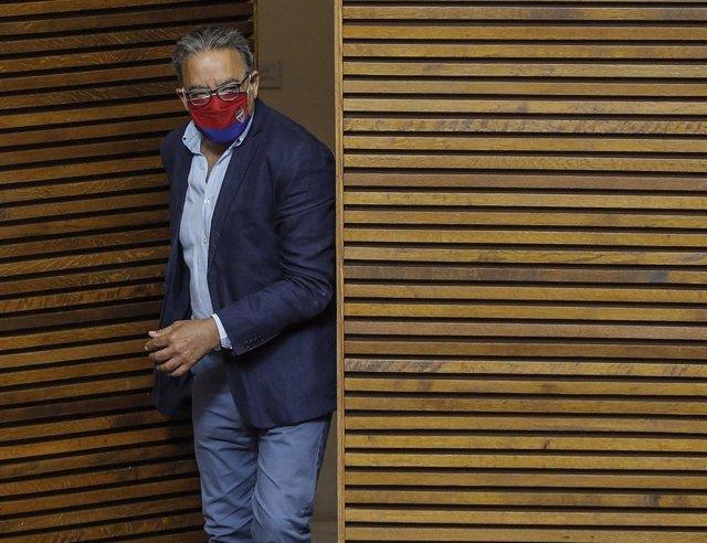 El portavoz del grupo socialista en las Cortes, Manolo Mata, a su llegada a una sesión ordinaria