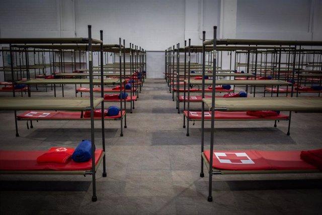 Interior del pabellón de la Fira de Barcelona habilitado para acoger a personas sin hogar en plena crisis del coronavirus, en Barcelona, Cataluña (España), a 25 de marzo de 2020.