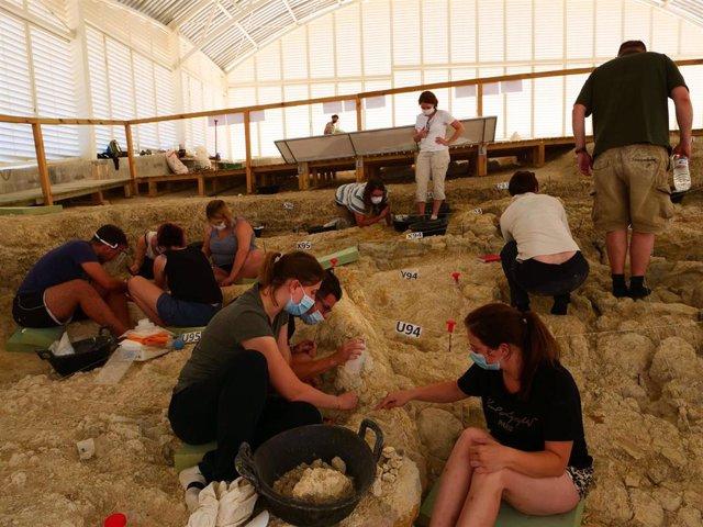 Vista general de la excavación en el yacimiento arqueológico de Fuente Nueva 3 de Orce (Granada)