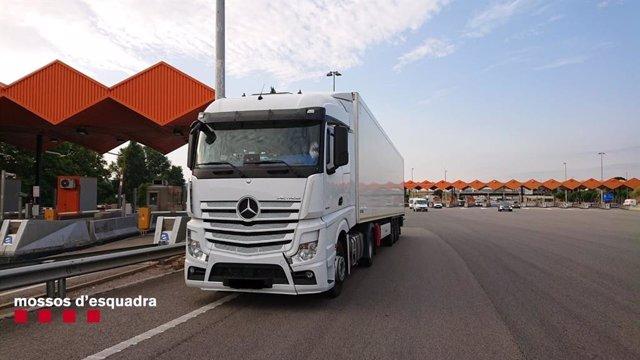 Multen un camioner en l'autopista AP-7, a l'altura de La Jonquera (Girona), per conduir jornades excessives, de fins el 30 hores, sense descansar.