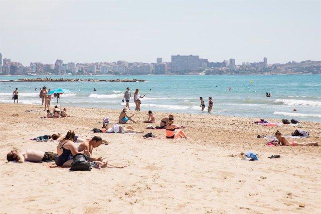 Bañistas en la Playa del Postiguet durante el primer día de la Fase 2, cuando se puede acceder a las playas de la misma provincia, isla o unidad territorial de referencia establecida en el plan de desescalada, y cuando los ayuntamientos podrán establecer