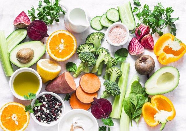 Vitaminas. Productos con vitaminas A, B, C, E, K - brócoli, patatas dulces, naranja, aguacate, espinacas, pimientos, aceite de oliva, lácteos, remolacha, pepino, etc