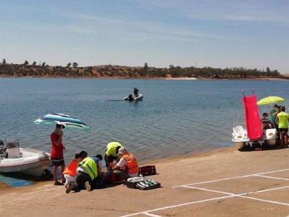 Unos 60 efectivos participan en un simulacro de accidente acuático en el  pantano de Orellana