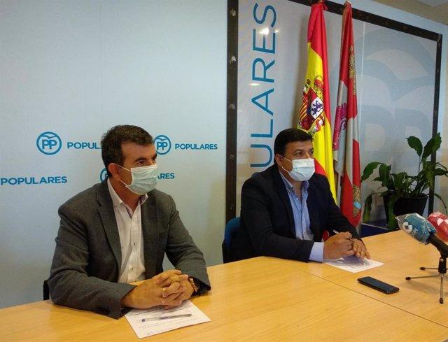 El presidente del PP de Ávila, Carlos García, y el secretario, Juan Pablo Martín.