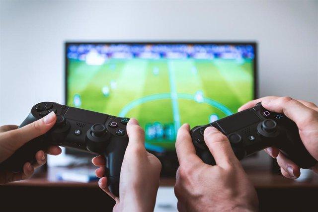 Videojuego y mandos de PS4.