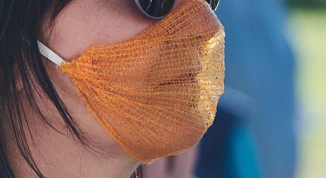 Una mujer con una mascarilla para prevenir el contagio del coronavirus en Berlín