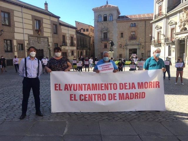 Hosteleros de Madrid se concentran en Plaza de la Villa para exigir al Ayuntamiento de la capital que resuelva las solicitudes de instalación de terrazas pendientes.
