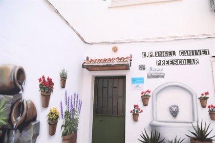 Un nuevo mural del proyecto 'Málaga Más Bella' embellece la fachada del Centro Social de Mangas Verdes de la capital