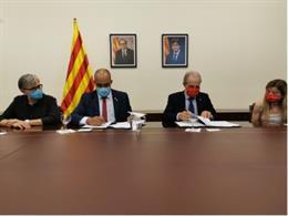 El conseller d'Interior de la Generalitat, Miquel Buch, i el president de Creu Vermella Catalunya, Josep Quitet, signen un conveni per millorar la col·laboració en atendre emergències, a 4 d'agost de 2020.