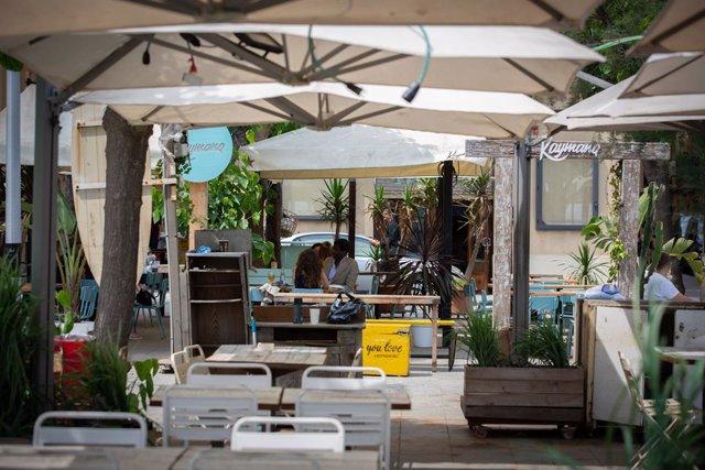 Diverses persones gaudeixen en la terrassa d'un bar, a Barcelona, Catalunya (Espanya) a 26 de maig de 2020.