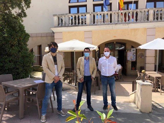 El parlamentario y alcalde de Lodosa, Pablo Azcona; el director general de Administración Local y Despoblación, Jesús María Rodríguez, y el alcalde de Oteiza, Rubén Martínez