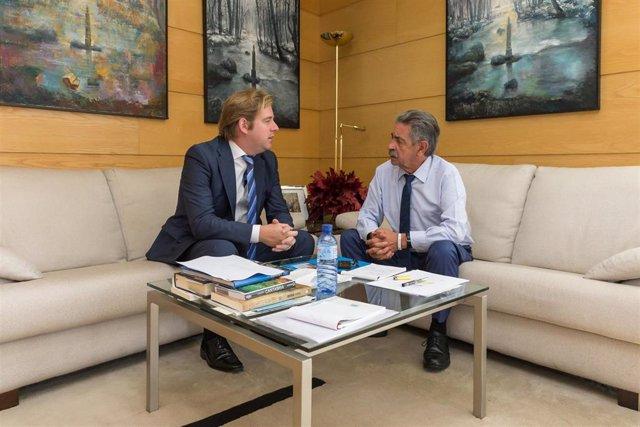 El presidente de Cantabria, Miguel Ángel Revilla (Derecha), con el presidente de la FMC, Pablo Diestro