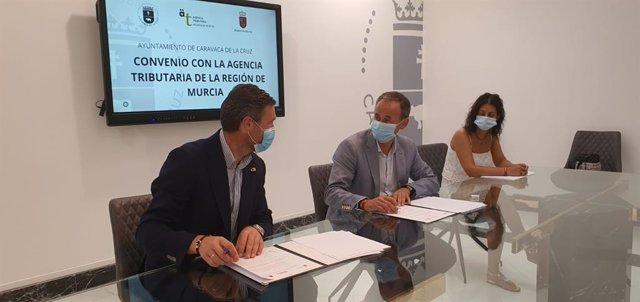 El consejero de Presidencia y Hacienda, Javier Celdrán, y el alcalde de Caravaca, José Francisco García, durante la firma del convenio de colaboración entre la Agencia Tributaria y este municipio