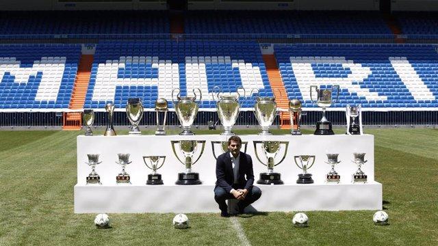 Iker Casillas posa con sus trofeos ganados en el Real Madrid el día de su despedida del club