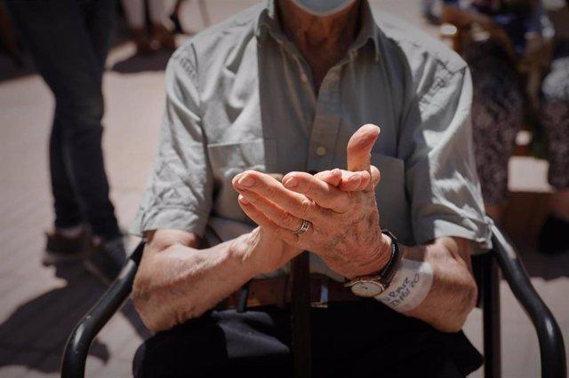 Un residente de una residencia de mayores de la Comunidad de Madrid.
