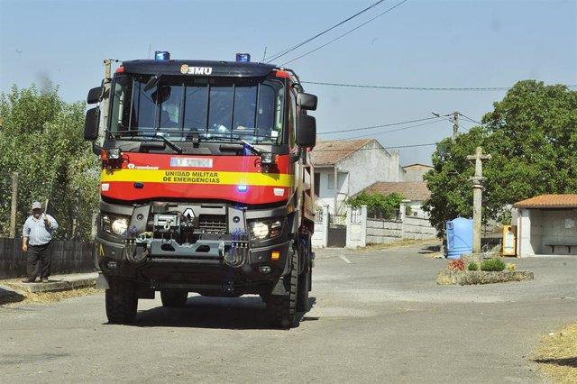 Un vehículo de la UME acude al incendio de Cualedro (Ourense).