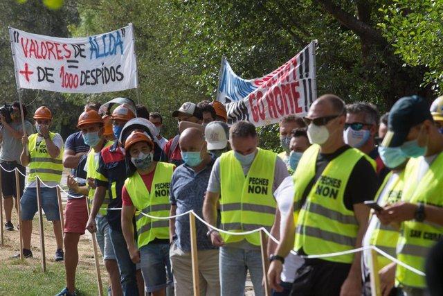 Trabajadores de Alcoa se concentran en apoyo al comité de empresa de la planta de San Cibrao momentos antes de su reunión con la dirección de Alcoa España para negociar el Expediente de Regulación de Empleo (ERE) antes del plazo previsto para ejecutar el