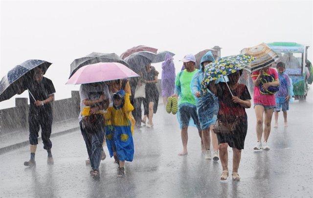 Personas en China tras tocar tierra en tifón 'Lekima' en la costa sureste del país