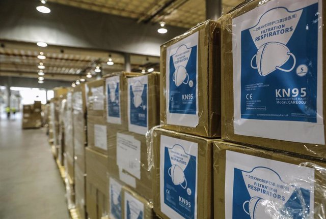 Cajas en el centro logístico de Feria Valencia que alberga material sanitario adquirido por la Comunitat Valenciana para la lucha contra la pandemia de COVID-19, durante la visita del presidente de la Generalitat valenciana, Ximo Puig. En Valencia, Comuni