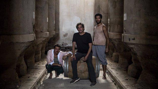 D'esquerra a dreta, l'actor Roger Casamajor, el director Agustí Villaronga i l'actor Oscar Kapoya, en una de les imatges promocionals del rodatge de 'El Ventre del Mar'