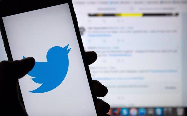 El logo de Twitter en un teléfono móvil
