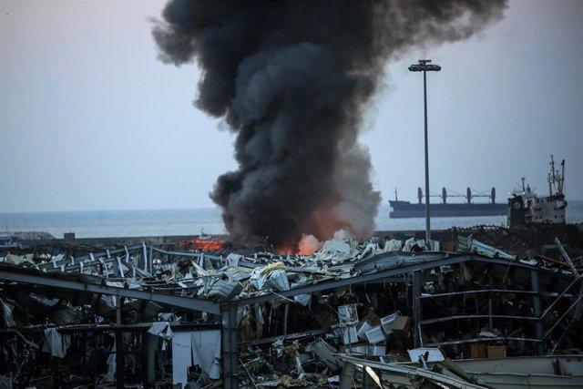 Una columna de humo tras las explosiones en el puerto de la capital de Líbano, Beirut