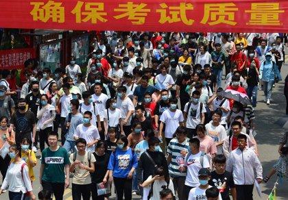 China disminuye su balance de nuevos casos de coronavirus y confirma 27 adicionales
