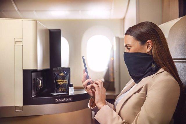 Etihad ofrece una mascarilla de protección a bordo de sus vuelos que también sirve de bufanda