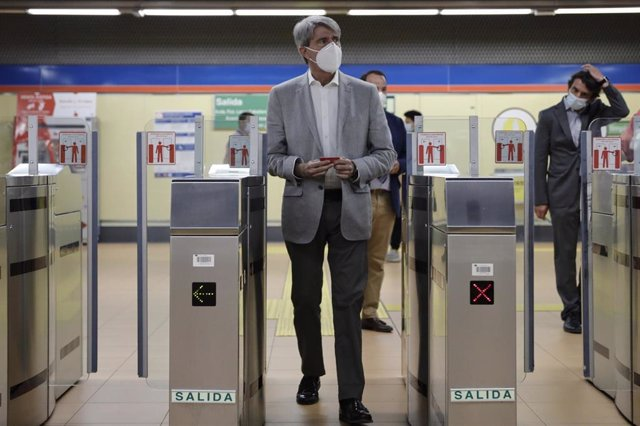El consejero de Transportes, Movilidad e Infraestructuras de la Comunidad de Madrid, Ángel Garrido, a su llegada a la presentación de la campaña de implantación de desfibriladores en las estaciones del suburbano madrileño