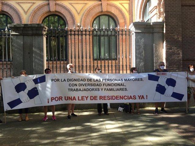 Marea de Residencias se concentra para exigir una ley estatal y censurar la actuación de la Comunidad de Madrid.