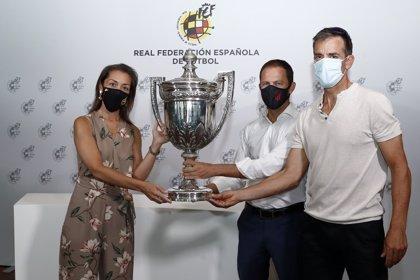 La RFEF entrega al Atlético el trofeo de campeón de la Copa Presidente de la Federación ganada en los 40